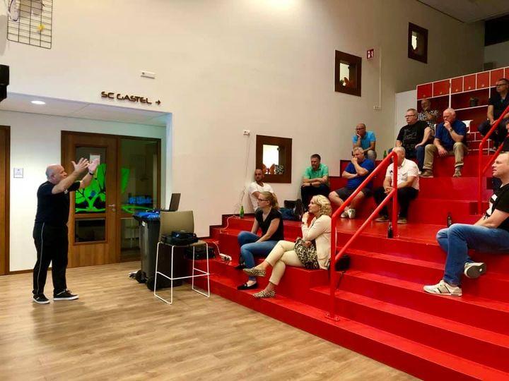 Clubscheidsrechters SC Gastel volgen seminar van ex betaald voetbal scheidsrechter Jack Brummer.