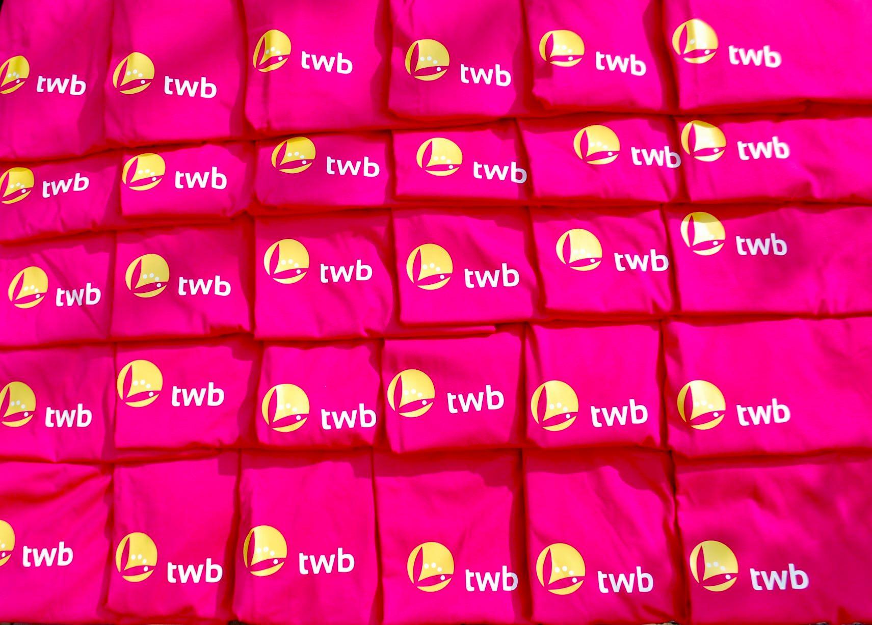 TWB, Thuiszorg met Aandacht stelt inkoopshirts beschikbaar aan vrouwen senioren afdeling SC Gastel.