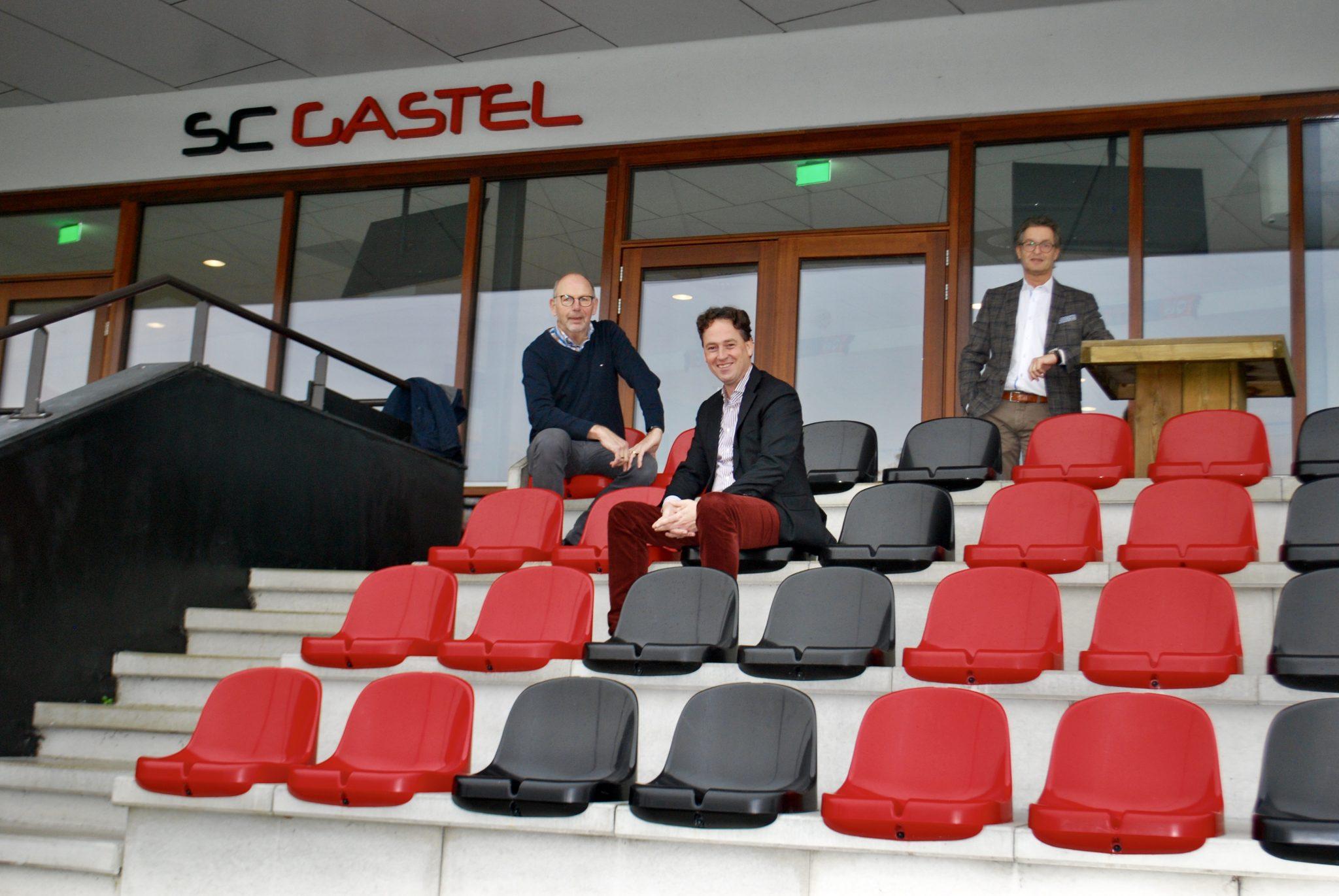 Burgemeester Bernd Roks en wethouder Hans Wierikx brengen bezoek aan SC Gastel.